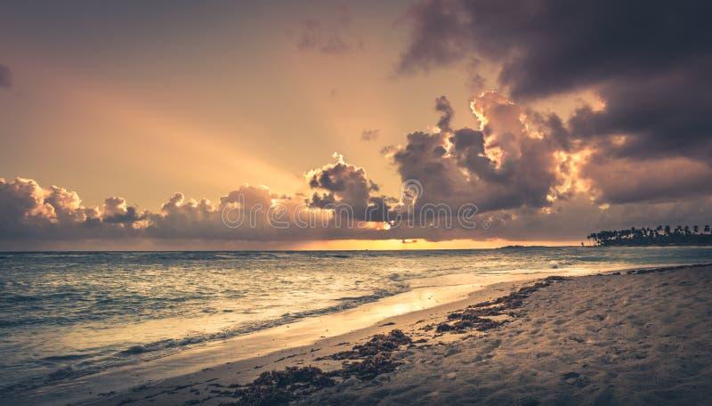 Soluppgång över det karibiska havet royaltyfri foto