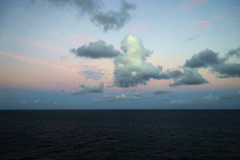 Soluppgång över det karibiska havet - sikt från vatten arkivfoton