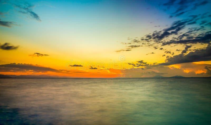 Soluppgång över det silkeslena Aegean havet arkivfoton