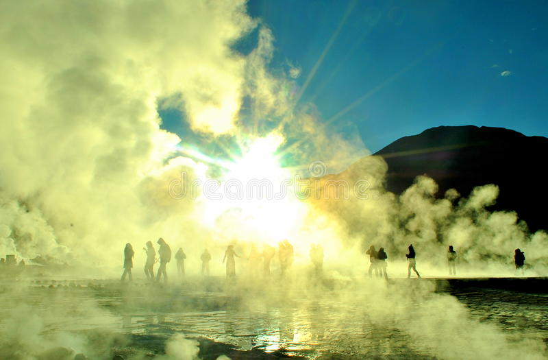 Soluppgång över El Tatio arkivfoton