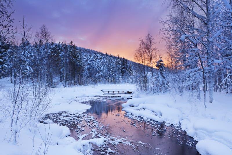Soluppgång över en flod i vinter nära Levi, finlandssvenska Lapland arkivfoton