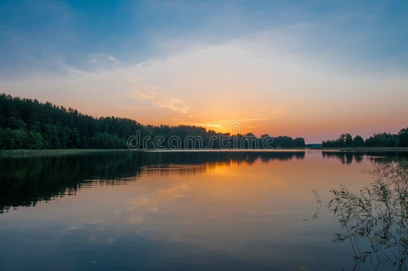 Soluppgång över en pittoresk sjö arkivfoton