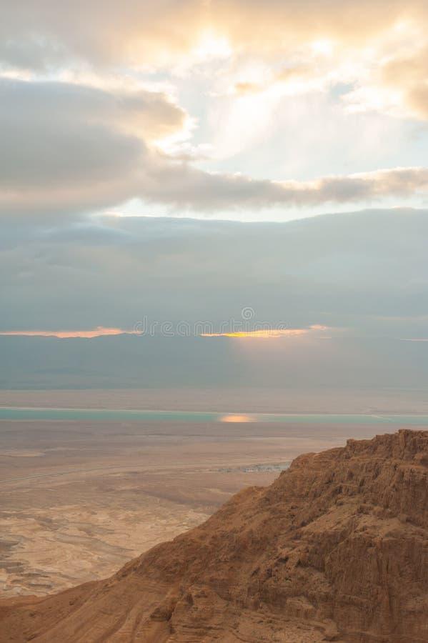 Soluppgång över ett dött hav arkivbilder
