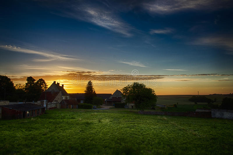 Soluppgång över ett franskt lantbrukarhem royaltyfria bilder