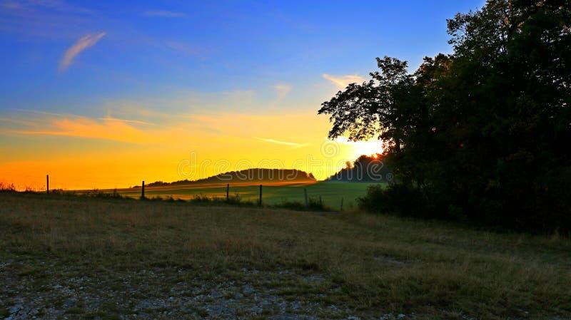 Soluppgång över fälten arkivfoton