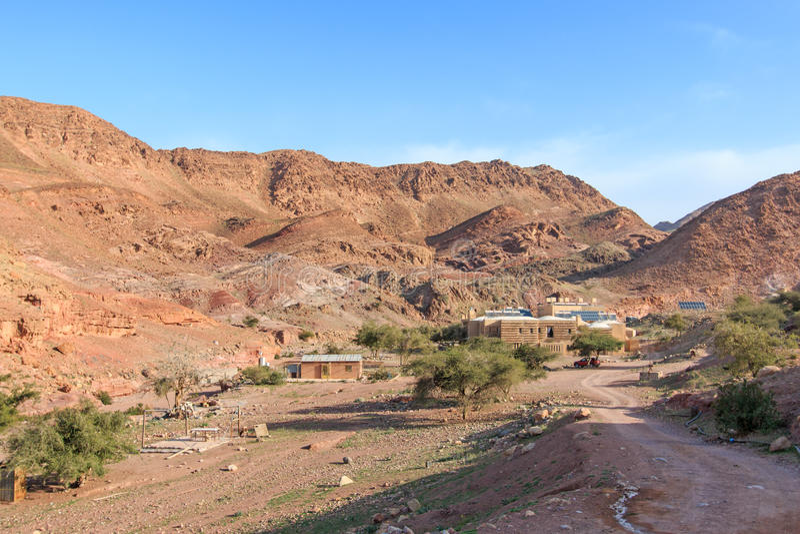 Soluppgång över Feynan ecolodge, i Jordanien fotografering för bildbyråer