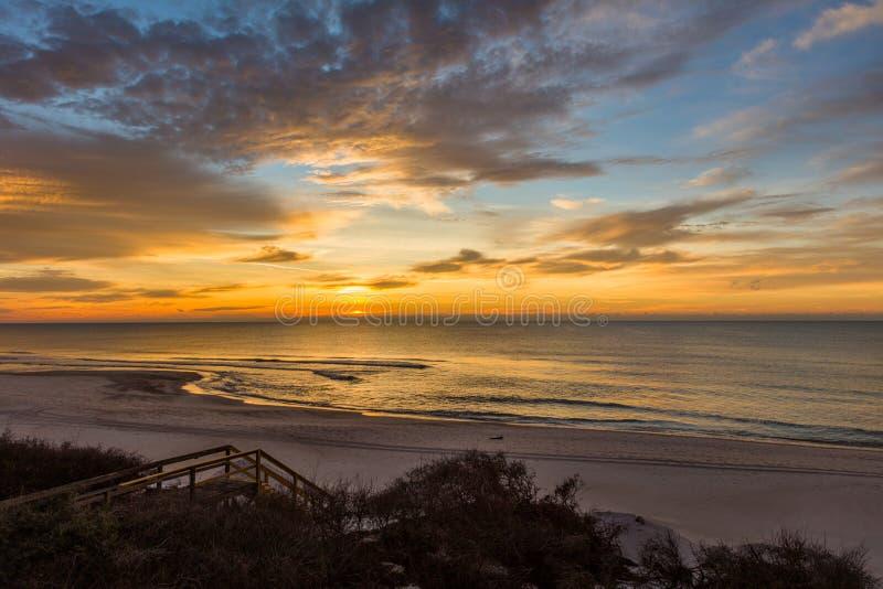Soluppgång över golf av Mexico på St George Island Florida arkivbild