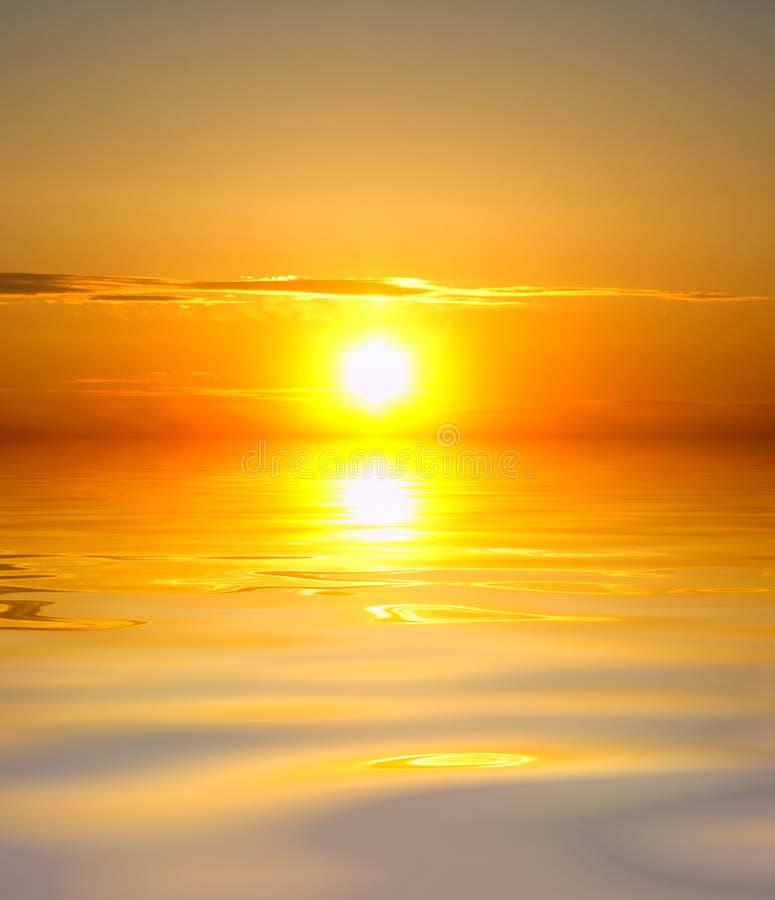 Soluppgång över hav. royaltyfri foto