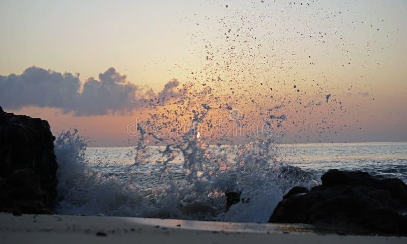 Soluppgång över havAtlanten Magi vinkar spring på strandsanden royaltyfria bilder
