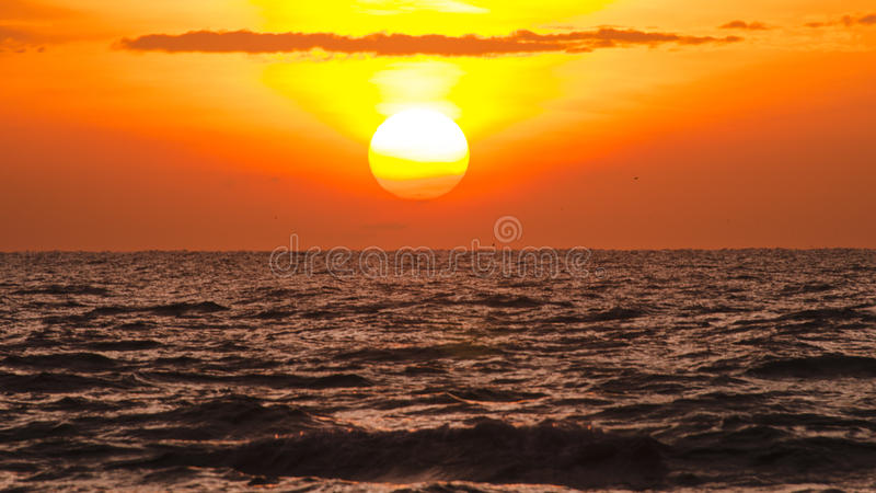 Soluppgång över havet arkivbild