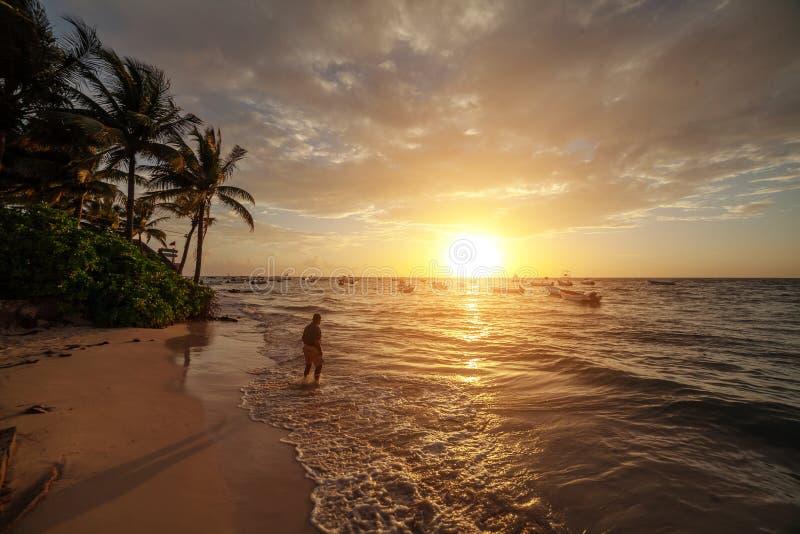 Soluppgång över havet i Cancun mexico royaltyfria foton