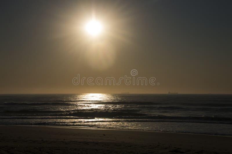 Soluppgång över havet och vågor arkivfoton