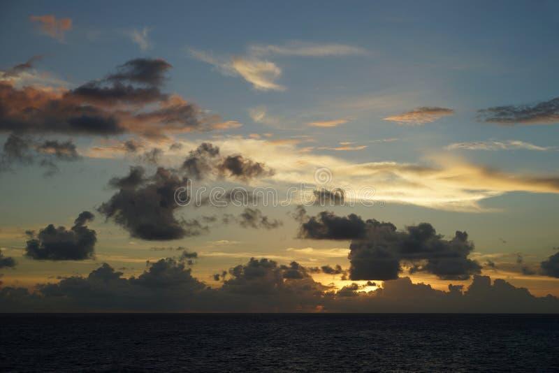 Soluppgång över havet - sikt från vatten royaltyfria bilder