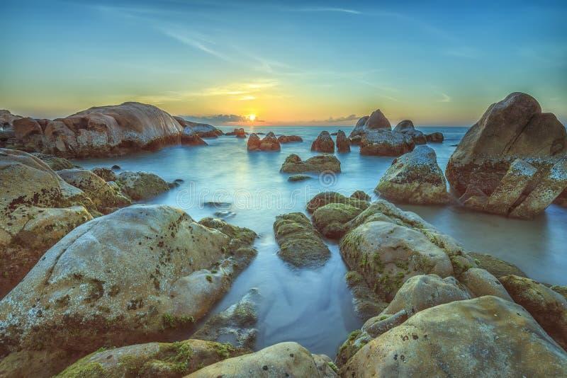 Soluppgång över havsreven Binh Thuan arkivfoto
