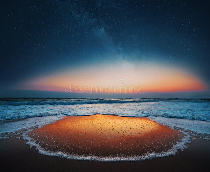 Soluppgång över himlen för hav och för mjölkaktig väg arkivbild