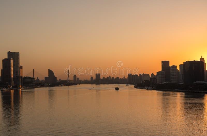 Soluppgång över Huangpu River i Shanghai arkivfoton