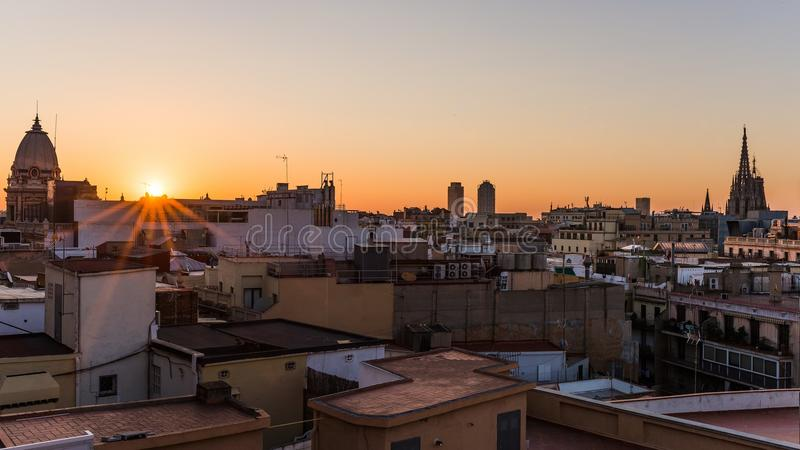 Soluppgång över husen av barcelona med sikt på domkyrkan royaltyfri bild