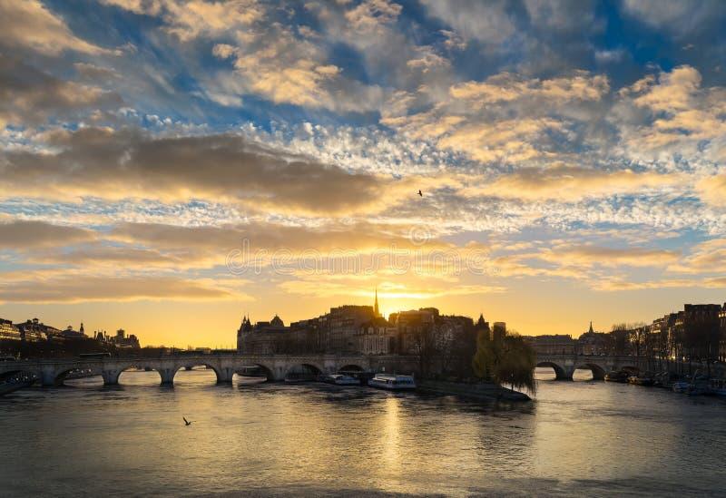 Soluppgång över Ile de la Citera och Pont Neuf i centrala Paris med Seinet River france royaltyfri fotografi
