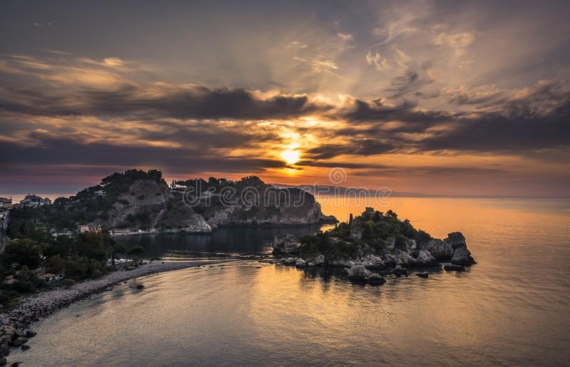 Soluppgång över Isola Bella Nature Reserve i Taormina, Sicilien royaltyfria foton