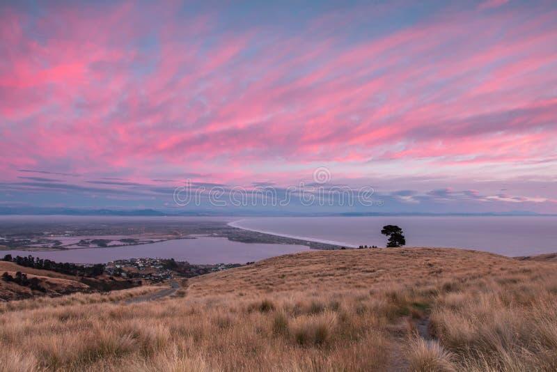 Soluppgång över kust- stad arkivfoton