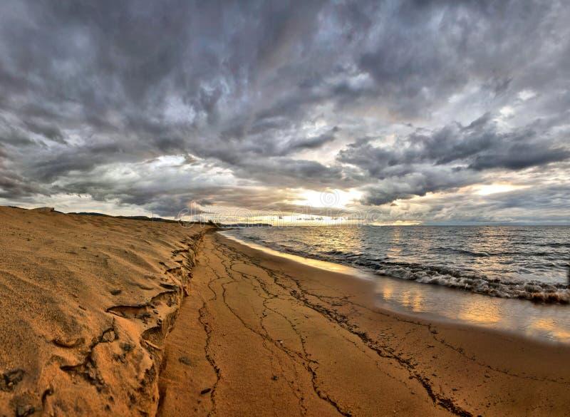 Soluppgång över laken Malawi på strand arkivbilder