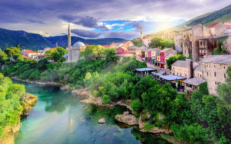 Soluppgång över Mostar den gamla staden, Bosnien och Hercegovina royaltyfri bild