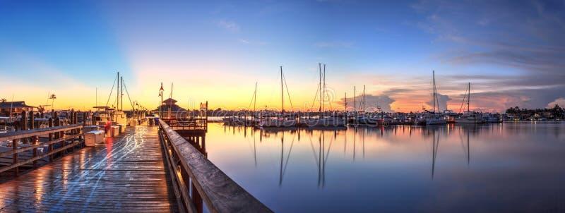 Soluppgång över Naples stadsskeppsdocka i Naples, Florida arkivbild
