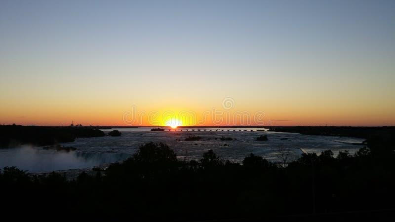 Soluppgång över Niagara Falls royaltyfria foton