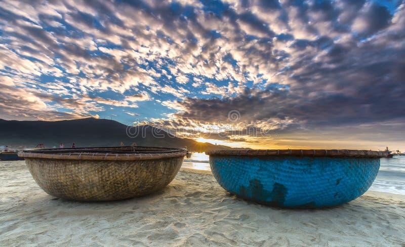 Soluppgång över på min Khe strand i Da Nang arkivbild