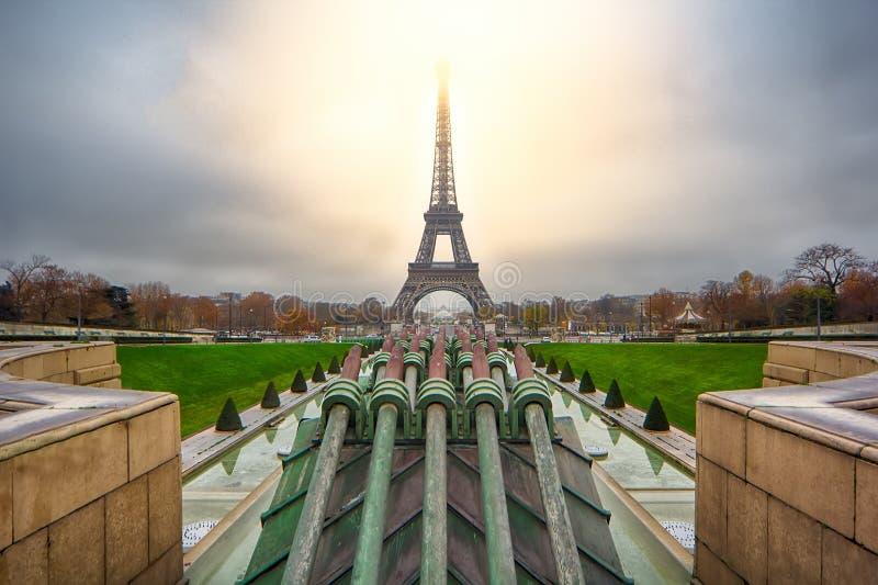 Soluppgång över Paris royaltyfria bilder