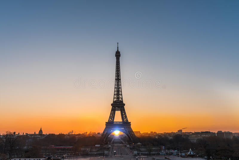 Soluppgång över Paris arkivfoto