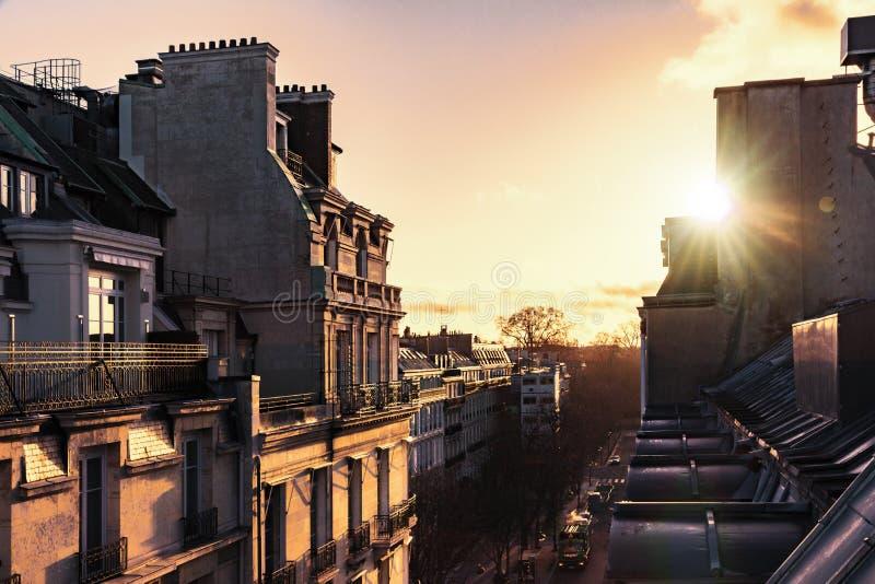 Soluppgång över Paris arkivbilder