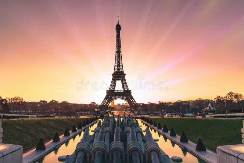 Soluppgång över Paris fotografering för bildbyråer