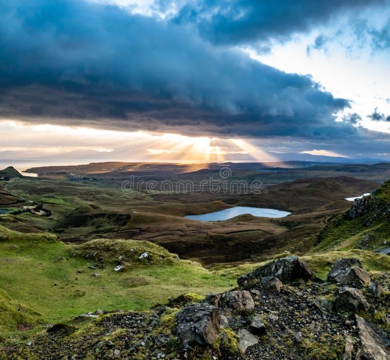 Soluppgång över Quiraingen på ön av Skye i Skottland - Förenade kungariket arkivfoto