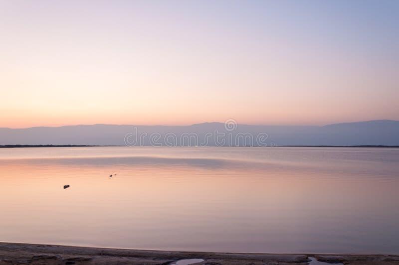 Soluppgång över reflexion för dött hav för Jordanienberg på vatten Israel arkivfoto