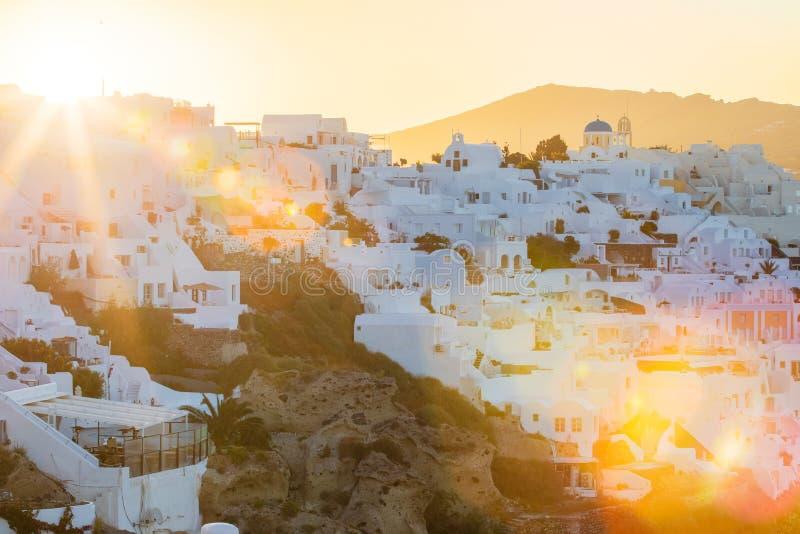 Soluppgång över Santorini, bild med den optiska solen blossar royaltyfri foto