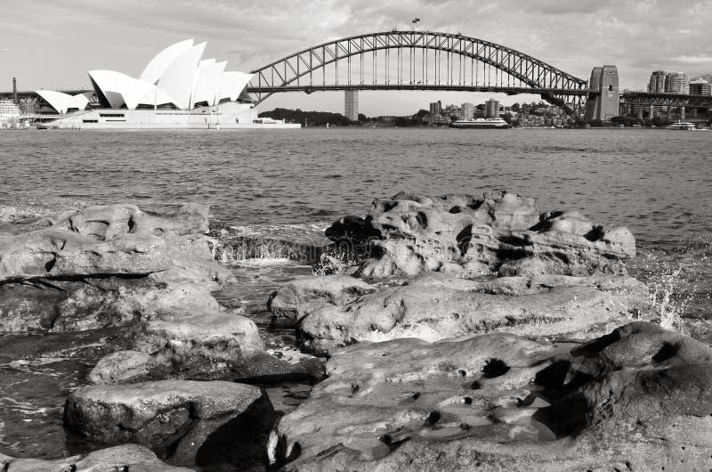 Soluppgång över Sydney Harbour Bridge och operahuset Sydne royaltyfri fotografi