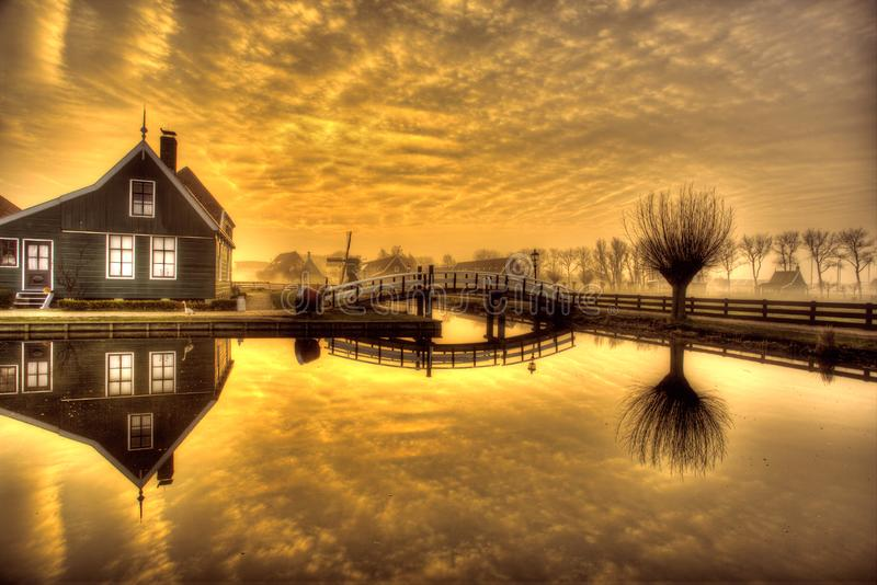 Soluppgång över Zaanse Schans royaltyfria foton