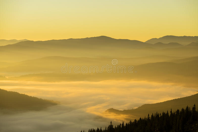 Soluppgång av de Carpathian bergen i sommaren ukraine arkivfoton