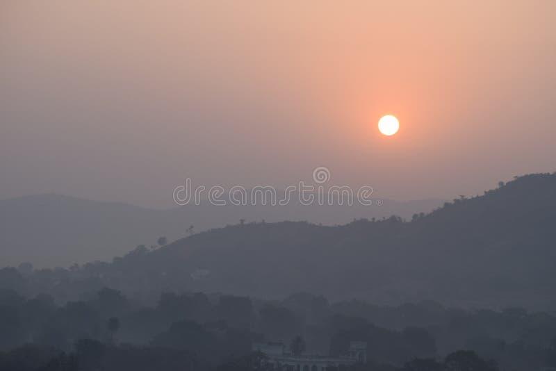 Soluppgång bak berget royaltyfria foton