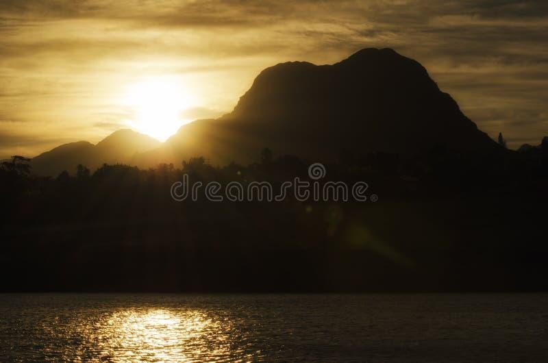 Soluppgång bak det Helderberg berget royaltyfri fotografi