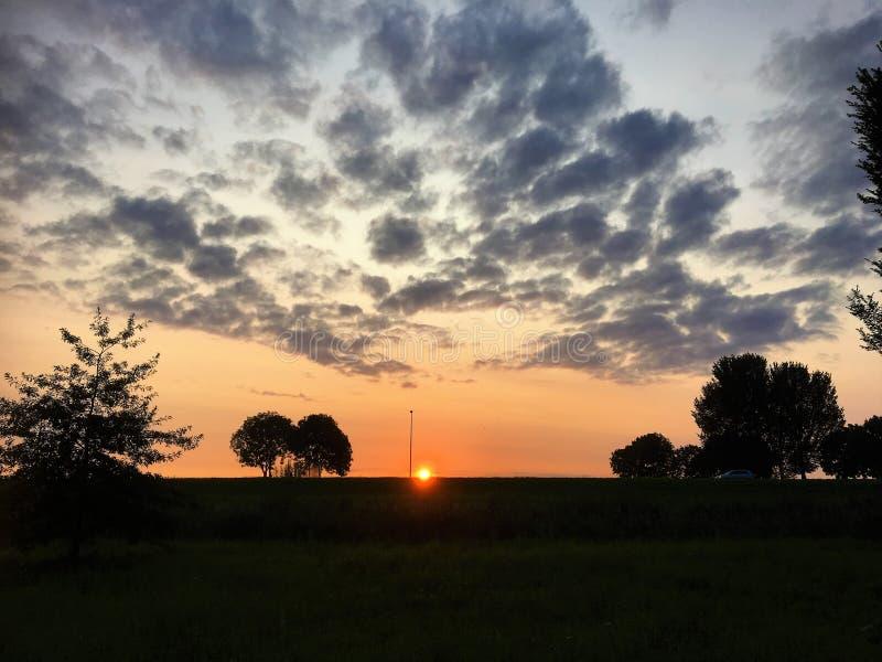 Soluppgång bak diket Zeewolde arkivbilder