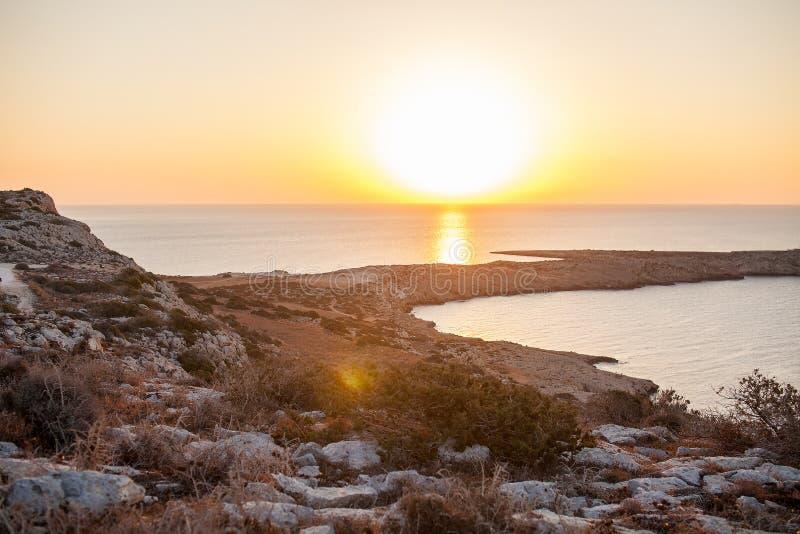 Soluppgång beskådar uppifrån siktspunkt av udde Greco i Cyrpus arkivfoto