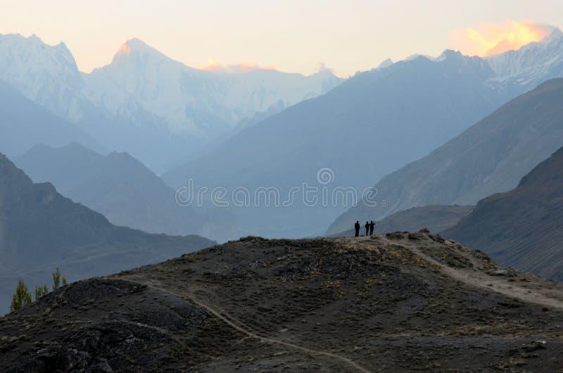 Soluppgång bland de Karakoram bergen i den Hunza dalen Pakistan royaltyfri bild