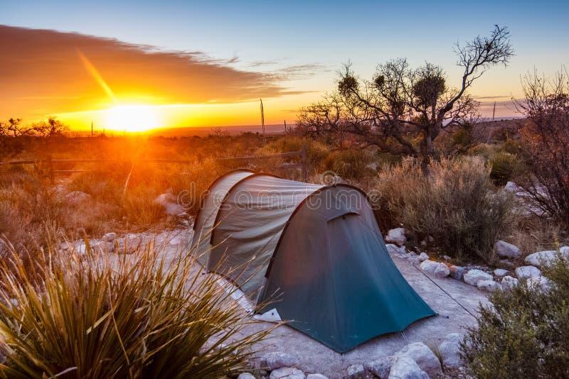 Soluppgång efter en natt av att campa arkivbilder
