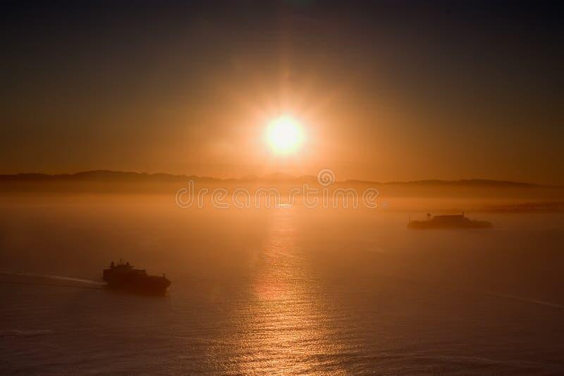 soluppgång för alcatrazfrancisco san ship royaltyfria foton