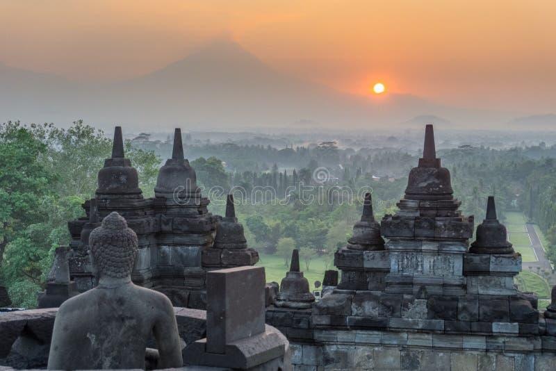 Soluppgång för Buddha` s med en vulkan arkivbilder
