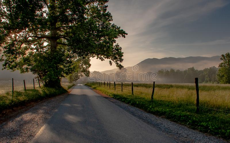 Soluppgång för dal för Cades liten vikberg royaltyfria foton