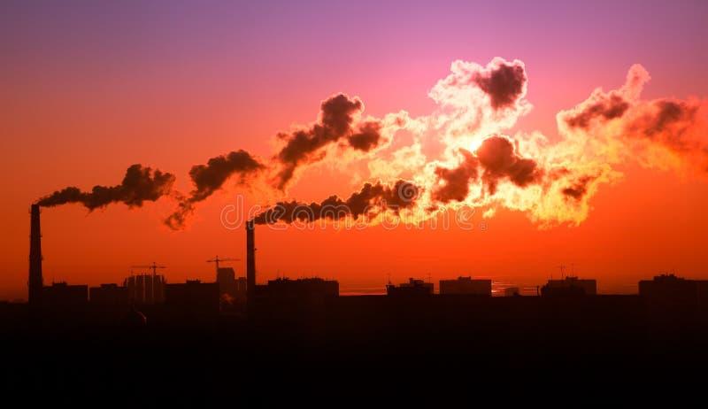 soluppgång för rök för luftavgasrörförorening arkivfoto
