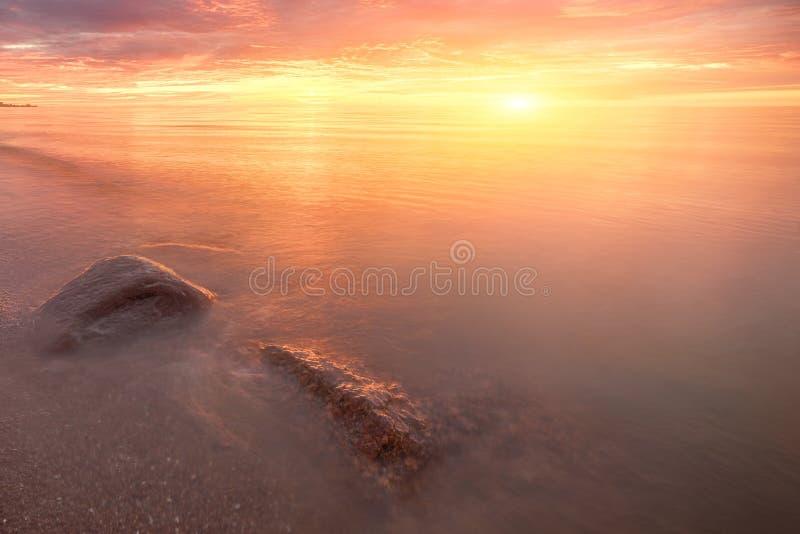 Soluppgång för solsken för fantasisolnedgångsjö med stenar h?rlig natur f?r h?st bak s?rja plattform sommarsolnedg?ngtrees tv? Hö fotografering för bildbyråer
